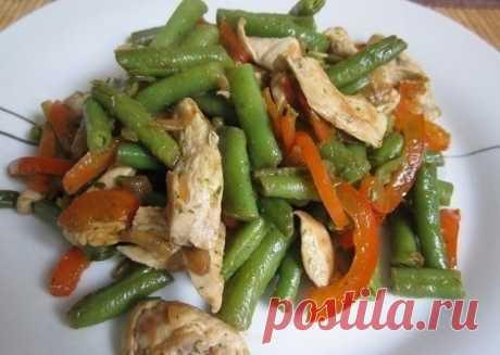 Тёплый салат с курицей, перцем и стручковой фасолью — Мегаздоров