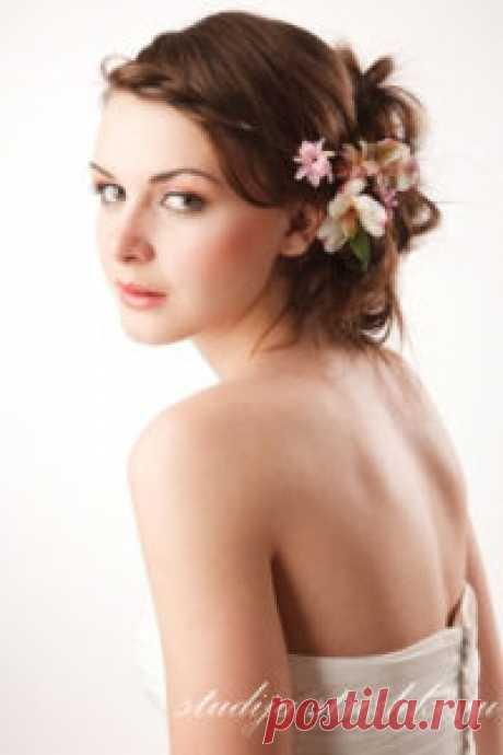 El peinado de boda con los colores a los cabellos medios | los Peinados y el Peinado