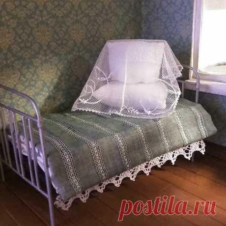 Кровать для кукольного дома