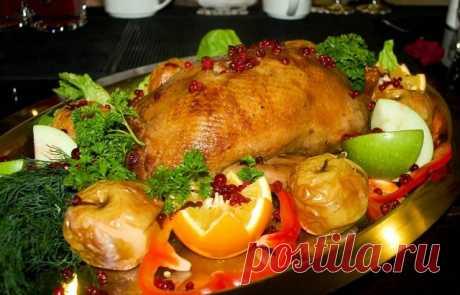 Утка с яблоками.  Вам потребуется:  1 молодая утка весом примерно в полтора-два кг.  5-6 средних яблок четвертинка средней луковицы (по желанию) половинка средней морковки (по желанию) 1/2 ч.л. корицы 2 ч.л. коричневого сахара 1/3 стакана изюма (по желанию) 1/2 стакана вареного риса, кускуса или булгура (по желанию) несколько капель растительного масла для смазывания формы соль и перец по вкусу  Для маринада: 1 ч.л. соли 1/2 ч.л. перца 1/2 ч.л. сушеного розмарина 1/2 ч.л. ...