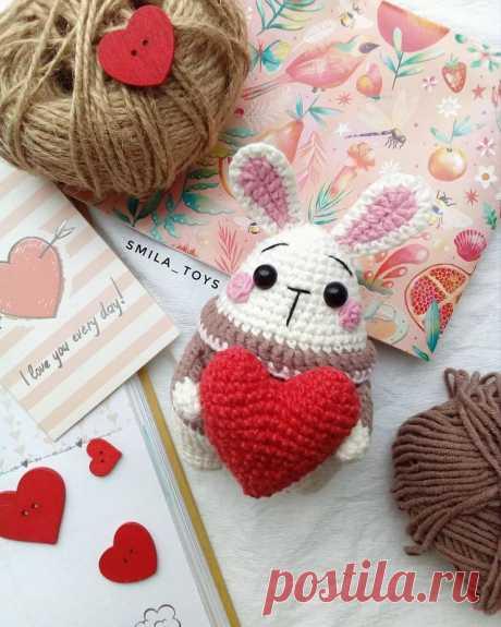 Мини-зайка с сердечком: схема крючком   AmiguRoom