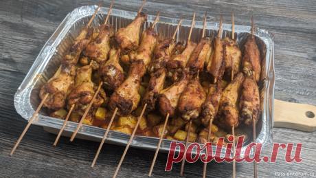 Куриные крылышки с картошкой в духовке Ингредиенты для крылышек в духовке:✔ Куриные крылышки - 1кг✔ Картофель - 500 гр✔ Сушеный чеснок - 1 ч.л✔ Карри - 1 ч.л✔ Паприка - 1 ч.л✔ Масло растительное или оливковое - 2 ст.л✔ Соевый соус - 3 ст.л✔ Соль - 1-2 ч.л✔ Шпажки - 6штПошаговый рецепт:1. Крылышки разделить по суставам 2. В...