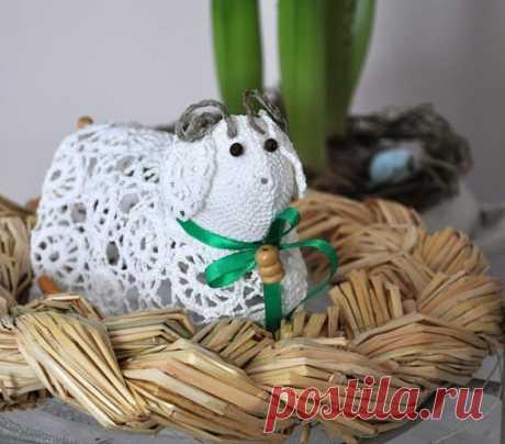 Las ovejas chinés de Pascua por el gancho
