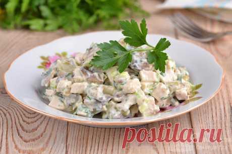 Салат с курицей, грибами и зеленью.  Готовим сочный и нежный салат из курицы, соленых огурцов, шампиньонов, репчатого и зеленого лука, петрушки и майонеза.