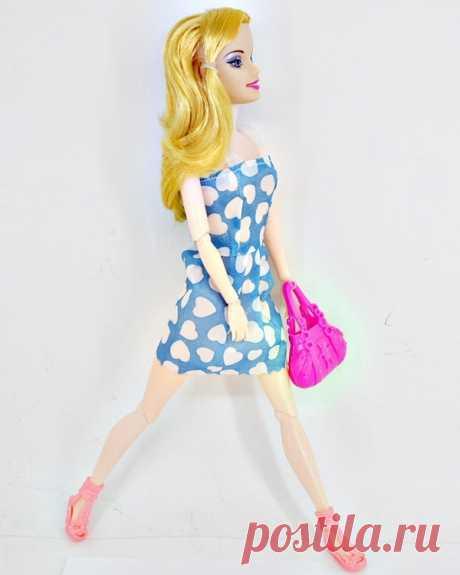 Кукла с длинными сгибающимися ногами и руками, золотыми волосами от китайских производителей. Имеет в наборе аксессуары из розовой сумочки, голубого платья в горошек и модными туфлями.