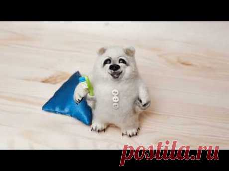Белый мишка в пижаме. Делаем своими руками интерьерную игрушку из шерсти.