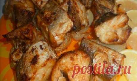 Хек запеченный со сметаной и горчицей с хрустящей корочкой  Ингредиенты : хек — 3 шт. сметана — 6 ч. л. майонез — 2 ч. л. горчица — 1 ч. л. лимонный сок — 2 ч. л. соль — 0,5 ч. л. панировка — 2 ст. л. перец — 0,5 ч. л.  Приготовление:  Вымыть и нарезать тушки хека и натереть перцем и солью. Смешать майонез, сметану, горчицу и лимонный сок. Выложить этот соус в нарезанные кусочки рыбы. Поставить рыбу в холод на 1 час для маринования. Спустя час выложить на лист и посыпать с...