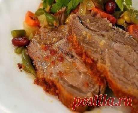 Запеченная в горчице свинина Рецепт настолько простой и настолько вкусным получается мясо, что я даже жалею, что не узнала его раньше! Ингредиенты: - свинина (вроде это была корейка; 500 г.); - чеснок (4-5 зубчиков); - горчица (2 ст. ложки); - соль, перец. Приготовление: Итак, мясо немного споласкиваем, вытираем насухо полотенцем. Солим, перчим по вкусу. Шпигуем в разных местах чесноком. Намазываем горчицей и оставляем на несколько часов в холодном месте. Заворачиваем в фольгу, плотно, чтобы