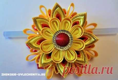 Объемный цветок канзаши для заколки из атласных лент и парчи