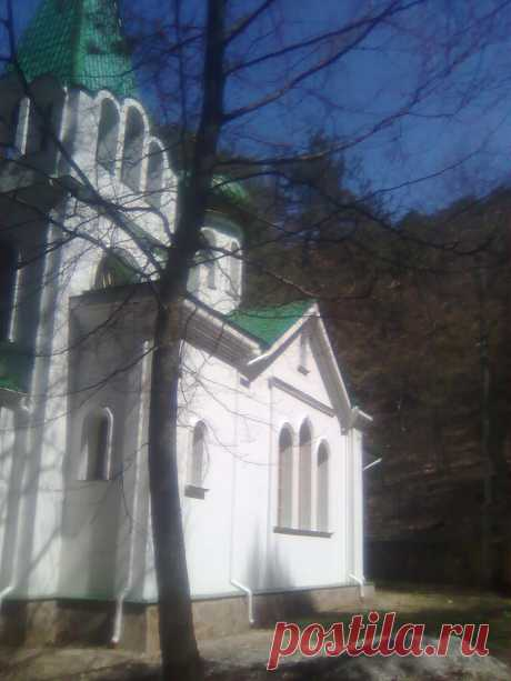 Свято-Преображенский храм, расположен в лесу...
