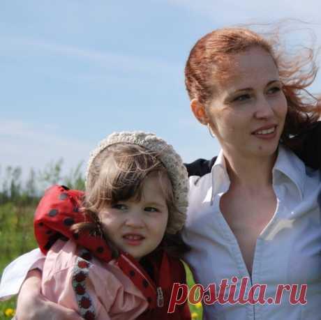 15 февраля 2019 года во сне умерла Вероника. Девочка родилась абсолютно здоровой, вследствие ревакцинации АКДС стала тяжёлым инвалидом. На этом фото Вероника счастливая здоровая со своей мамой. Мама Вероники умерла, не выдержав случившейся трагедии с дочерью. Выхаживала Веронику её бабушка, похоронив свою дочь. Вероника дожила до 12 лет. Большую часть- в мучениях и страданиях. Врачи НИЧЕМ НЕ ПОМОГЛИ. Государство самоустранилось. Родители.....Вы ещё хотите бездумно вакцинир...