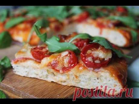 Вкусная пицца с черри, рукколой и итальянской ветчиной