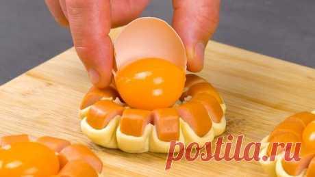 Сосиска, яйцо и немного теста: это простейшее угощение восхитит всех. 1.) Хрустящие цветы из сосисок с яйцом (4 штуки)  Нам нужно:  1 лист теста без дрожжей (тесто для пиццы) 4 сосиски 4 яичных желтка 80 г тертого сыра (моцарелла) деревянная шпажка  Готовим:  Для начала накалываем сосиску на деревянную шпажку и надрезаем ножом по спирали, как показывает видео. У нас должна получиться пружина из сосиски. Проделываем все то же самое с остальными сосисками. Сворачиваем сосиск...