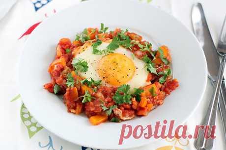 Простой рецепт яичницы с овощами на завтрак