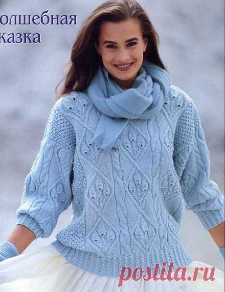 Голубой пуловер с узором.