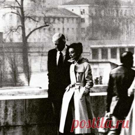 Givenchy and Audrey Hepburn walking along the Seine, 1982, possibly Norman Parkinson. Живанши и Одри Хепберн, гуляющие по Сене, 1982 год, возможно, Норман Паркинсон