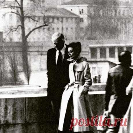 Givenchy and Audrey Hepburn walking along the Seine, 1982, possibly Norman Parkinson. Живанши и Одри Хепберн, гуляющие по Сене, 1982 год, возможно, Норман Паркинсон