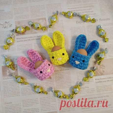 Вяжем пасхального кролика — корзинку для яиц Сегодня хочу поделиться с вами, мои дорогие, как своими руками связать забавную подставку для яиц «Пасхальный кролик» . Необходимые материалы: 1. Трикотажная пряжа (у меня пряжа от производителя BISKVIT цвет манго, т.е. яркий желтый). 2.