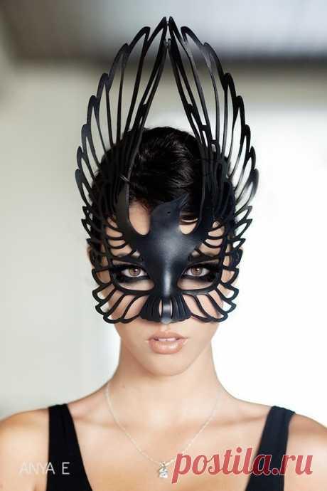 Красивущие маски и украшения из кожи