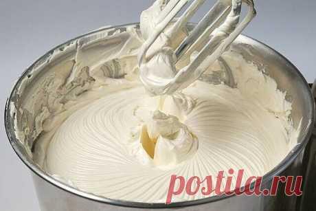 """Сливочный крем """"Пятиминутка""""  Крем хоть и масляный, но не такой жирный, как сливочное масло + сгущенное молоко!  Отлично держит форму! Можно добавлять разные красители и делать различные украшения (тогда, после взбивания, охладите крем в холодильнике). Делается легко и быстро и из доступных продуктов! Ингредиенты:  - 250 гр сливочного масла (комнатной температуры)  - 200 гр сахарной пудры  - 100 мл молока  - 1 пакетик ванилина  Молоко вскипятить и остудить до комнатной те..."""
