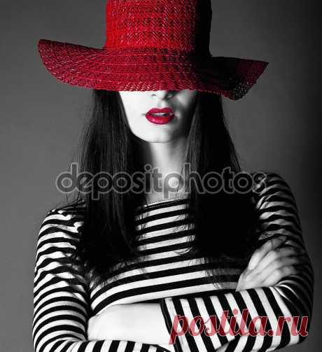 Фотообои «Сексуальная девушка в красной шляпе с красными губами», купить в интернет-магазине «Первое Ателье»™ Фотообои артикул 38484 для декора Вашего интерьера. ✔ Заказывайте! Оплата при получении. Недорого. Срок 1-2 дня. Цена и фото на сайте. ⛟ Быстрая доставка.