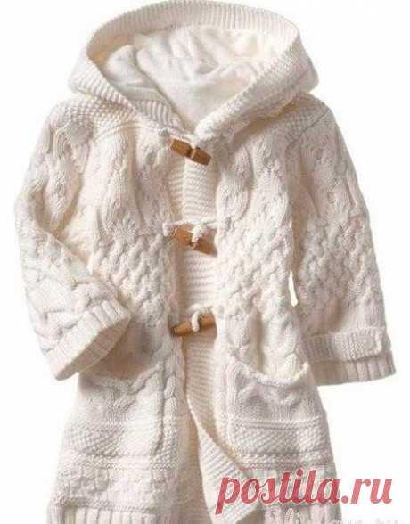 Пальто для девочки  Пальто вязала на свою дочку, на вырост на возраст 4-5 лет. Ушло 600 гр. пряжи(225м/100гр). спицы 3 мм и 2,5мм. Для подкладки ткань кашемир(1,5м/1м) и 4 пуговицы продолговатой формы,   Каждой маме хочется одеть своего ребенка так, что бы он выглядел как маленькая куколка, особенно это касается девочек. Давайте свяжем шикарное белое пальто для своей малышки (1,5-2 годика), размер 86-92 см.  Для его изготовления нам понадобится: Пряжа белого цвета (80%-шер...