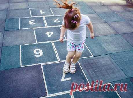 9 СХЕМ ДЛЯ КЛАССИКОВ (берём на заметку для детской) Классики — одна из самых весёлых игр детства. Давайте вспоминать, как там нужно прыгать! Тем более, что у игры есть много интересных разновидностей. Как играть в классические классики 😊 все наверняка помнят. Мы здесь подготовили несколько схем более интересного варианта игры. Играем в 4 кона. Один за другим дети проходят все 4. Первый игрок кидает биту (небольшой камешек или банку из под крема для обуви) сначала в первый класс, «пропрыгивает»…