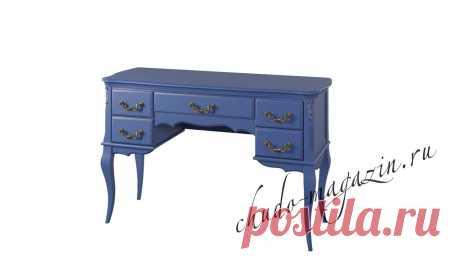 Кабинетный стол классический синего цвета