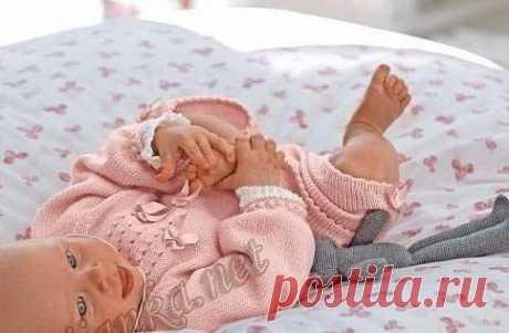 Распашонка и брюки  Размеры: 1 месяц - 3 месяца - 6 месяцев - 12 месяцев  Нитки CIBOULETTE(50 г. / 230 м.) (75% акрил, 25% шерсть) цвет Ingénue 3 - 4 - 4 - 5 клубков. Показать полностью…