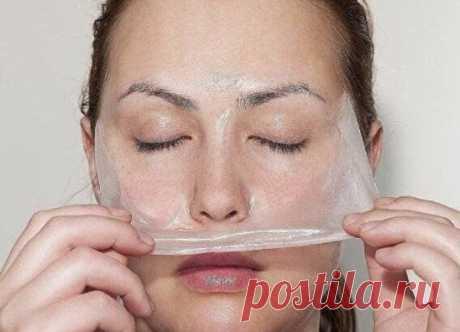 Домашняя маска-пиллинг — всего 2 ингредиента. 1ст. ложка желатина + 2ст ложки молока. Дать набухнуть.10-15 секунд в микроволновке. Нанести сразу на лицо и через 15 мин снять пленку маски. После маски обещают кожу, как попа младенца