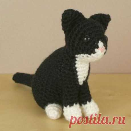 PDF AmiCats Tuxedo Cat - amigurumi cat CROCHET PATTERN ***Please note that I sell PDF crochet patterns (see Delivery Information below), NOT completed items! As such, all sales are FINAL.***  An original crochet amigurumi Tuxedo Cat pattern from the AmiCats range by June Gilbank.  Yarn: worsted weight yarn in black and white  Hook: US E / 3.5mm