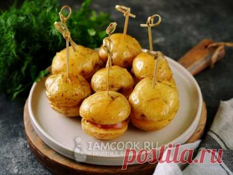 Картошка по-деревенски с грудинкой в духовке. Очень простой рецепт приготовления запеченного картофеля со свиной грудинкой.