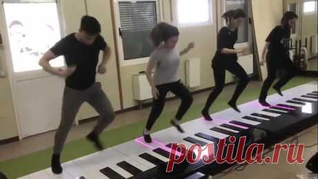 Эффектное исполнение песни Despacito на огромном пианино!