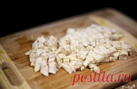 Салат с курицей и овощами  Ингредиенты:  ●Куриное филе — 300 Грамм ●Перец болгарский — 1 Штука ●Помидоры — 3 Штуки ●Огурцы — 2 Штуки ●Сыр тертый — 1/2 Чашки ●Майонез — По вкусу ●Соль, перец — По вкусу  Количество порций: 2  Приготовление:  Куриное филе положите в кастрюлю с кипящей подсоленной водой и отварите в течение 20 минут (до готовности). Болгарский перец очистите от семян и мембран, нарежьте некрупным кубиком и положите в салатницу. Куриное филе остудите, нарежьте ...