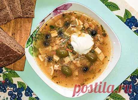 Вегетарианская солянка с копченым сыром Предлагаем Вам приготовить Вегетарианскую солянку. Что такое, вообще, солянка, или, как раньше это блюдо называли, селянка. Это густой острый суп, что-то среднее между первым и вторым блюдом.