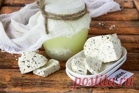Сыр из творога с базиликом. Утилизируем прокисшее молоко, приготовив вкусную закуску к сырной тарелке. На выходе получаем отделившуюся сыворотку, которая годится для выпечки блинов-пирогов, и творог. Последний приправляем сушеным базиликом и солью, выдерживаем под прессом, разрезаем ломтями.