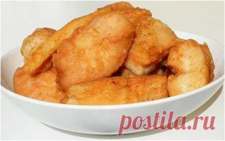 Два рецепта куриных наггетсов  1. Ингредиенты: -Куриные грудки 1 кг -лимон 1 шт -крахмал 1 ч.л. -сода пищевая 1 ч.л. -мука (для панировки) -соль/перец по вкусу  Куриные грудки нарезать небольшими продолговатыми ломтиками-кусочками поперек волокон, посолить и добавить соду - как бы припудрить содой, кусочки хорошо сбрызнуть лимонным соком (тем самым гасим соду), после добавить крахмал, перемешать. Оставить на 15 минут, затем каждый кусочек обвалять в муке и обжарить на раст...