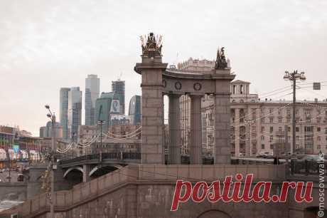 «Бородинскмй мост, который представляет собой странное смешение стилей и разных эпох.» — карточка пользователя Kod в Яндекс.Коллекциях