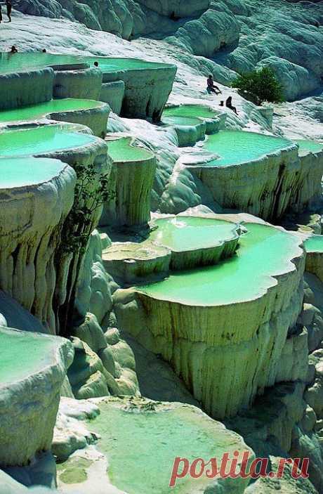 . В природном бассейне в Памуккале, Турция..
