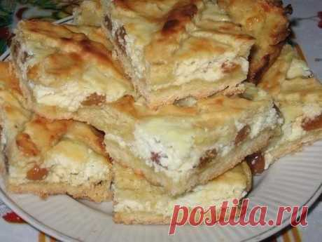 The girlfriend treated with cottage cheese pie and raisin, today and I baked. Result super! Ingredients: For testa:razmyagchenny margarine — the 200th gproseyanny flour — the 350th gsakharny sand — the 80th gyaichny yolks — 3 gshchepotka solidlya nachinki:tvorog — the 500th gyaichny proteins — the 3rd shtukisakharny sand — 200 gizyu …