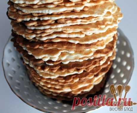 Вафли.  Предлагаю попробовать простой в приготовлении рецепт вафель. Идеально подходит для завтрака в выходные или просто когда возникает желание испечь что-нибудь быстрое и вкусное к чаю.  Вам потребуется:  Масло сливочное 200 гр. Мука пшеничная 200 гр. Сахар 200 гр. Яйцо куриное 5 шт. Крахмал картофельный 3 ст. л.  Как готовить:  Этап 1. Нам понадобится минимальное количество ингредиентов. Перед началом приготовления теста рекомендую включить на разогрев вафельницу, без ...