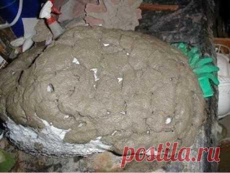 Делаем искусственные камни    Необходимые материалы:  Для арматуры: сетка-рабица или мешковина  Для раствора: цемент + песок (1:3)  Для облегчения веса камня: старые пакеты, пенопласт  Несколько пар тонких резиновых перчаток.    Каркас для камня-валуна  Шаг 1  Каркас камня сделан из проволочной сетки.    Шаг 2  Заполните рамку-каркас полиэтиленовыми пакетами и пенопластом. Это необходимо для облегчения веса будущего искусственного камня-валуна и уменьшения расхода бетонного раствора. Также это з