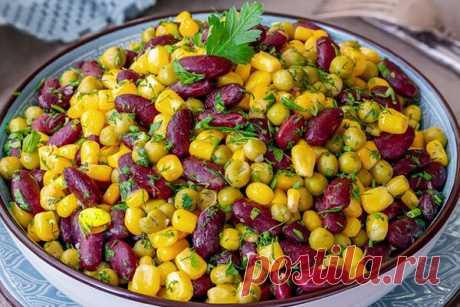 Гарнир из консервированной фасоли, кукурузы и зелёного горошка  Продукты (на 3 порции) Фасоль консервированная (красная или белая) - 215 г (1 банка) Кукуруза консервированная - 230 г (1 банка) Горошек консервированный - 250 г (1 банка) Чеснок - 2 зубчика Петрушка свежая - 8 г Укроп свежий - 7 г Масло растительное (для жарки) - 1 ст. ложка