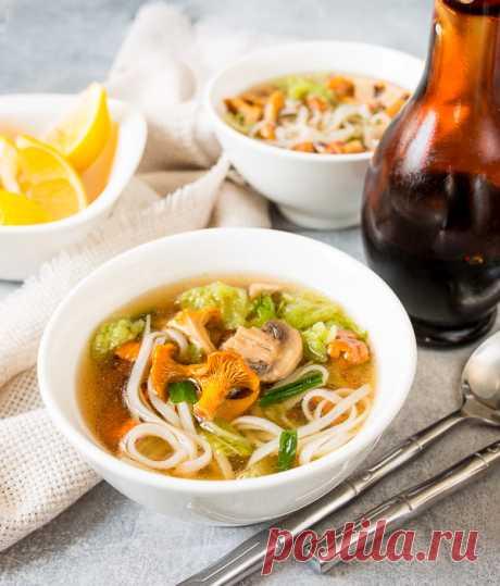 Грибной суп с лапшой в азиатском стиле на Вкусном Блоге Последняя часть лисичечной лихорадки – причем уже в отсроченном режиме 🙂 Грибы закончились неделю назад, а рецепт супа я приберегла. Суп этот – в азиатском стиле – на утином бульоне с корицей и бадьяном, да с рисовой лапшой. Вместо утиных косточек вы можете взять куриные – вкус будет немного проще,…