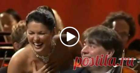 Анна Нетребко, увлеченно исполняя арию, немного разошлась, и вообще очаровала публику. Такую оперетту я готов полюбить!