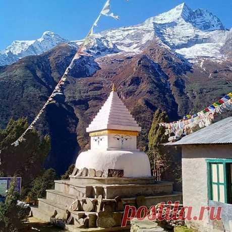 Одна из многочисленных ступ в селениях по пути. #ступа,#гималаи,#горы,#путешествия,#непал,#поход,#треккинг.