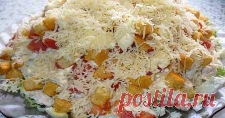 Салат с курицей, сыром и сухариками: Получился очень вкусным и сытным. Предельно простой в приготовлении и вкусный салат!