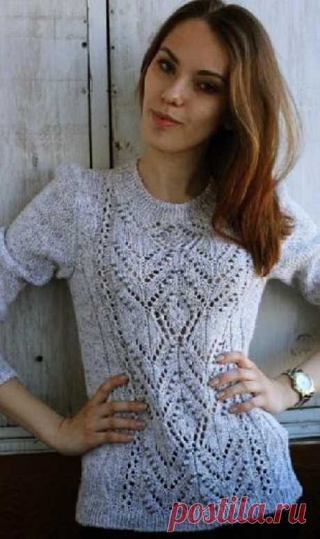 Светлый свитер с ажурной вставкой