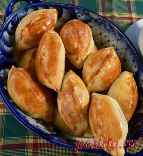 Капустные пирожки малипуськи   расчудесные просто капустные пирожки из пресного теста — аккуратно вылепленные «малипуськи» (название народное) с хрустящей ароматной корочкой и вкусной, сочной начинкой.  ➡️Читайте, кликнув на фото