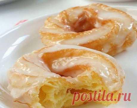 Los anillos de la pasta cocida en el glaseado blanco. ¡El postre hermoso al té! ¡No es difícil preparar y es alegre!